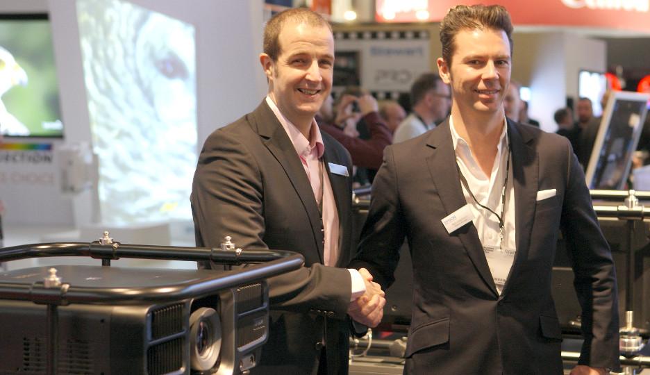 Neil Colquhoun (Epson, r.) und Tobias Lang besiegeln die Zusammenarbeit