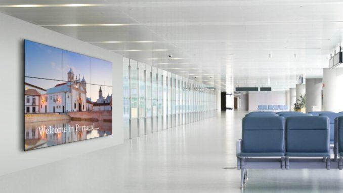 Videowall in Flughafenlounge